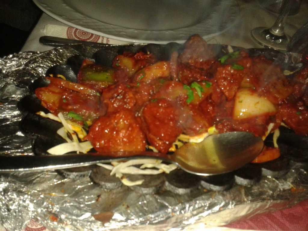 Mutton Chicken Masala - eingelegtes Hähnchenfleisch und eingelegtes Schafsfleisch, mit Paprika, Zwiebeln, Ingwer und Knoblauch in Masala-Soße für je 13,50 €