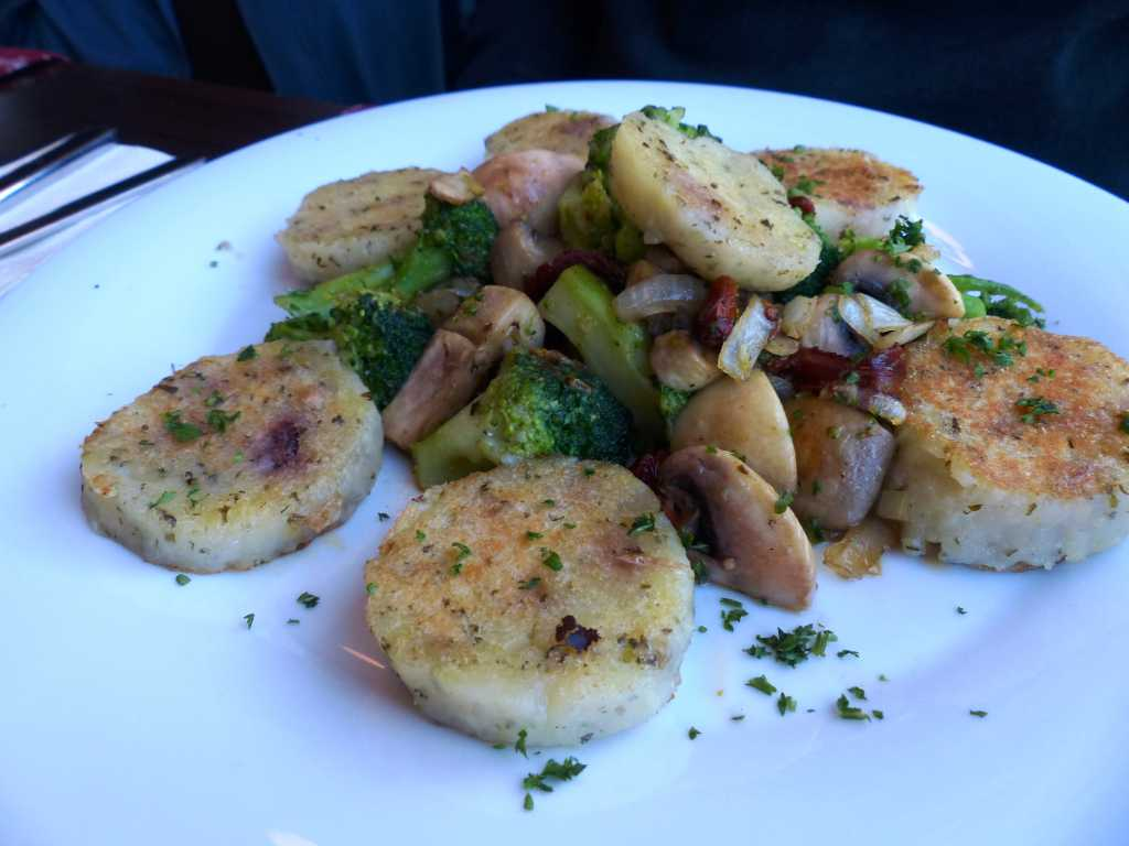 Gebratene Kartoffeltaler mit Gemüse