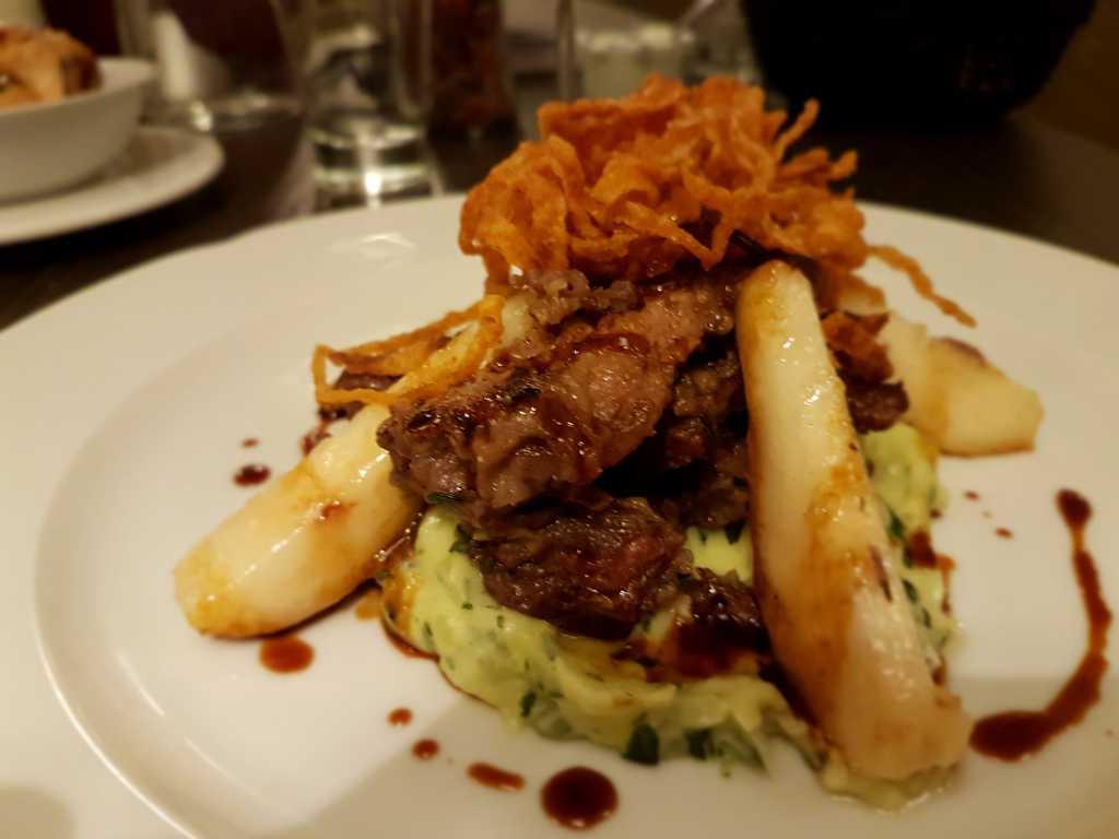 Berliner Kalbsleber auf grünem Kartoffelbrei