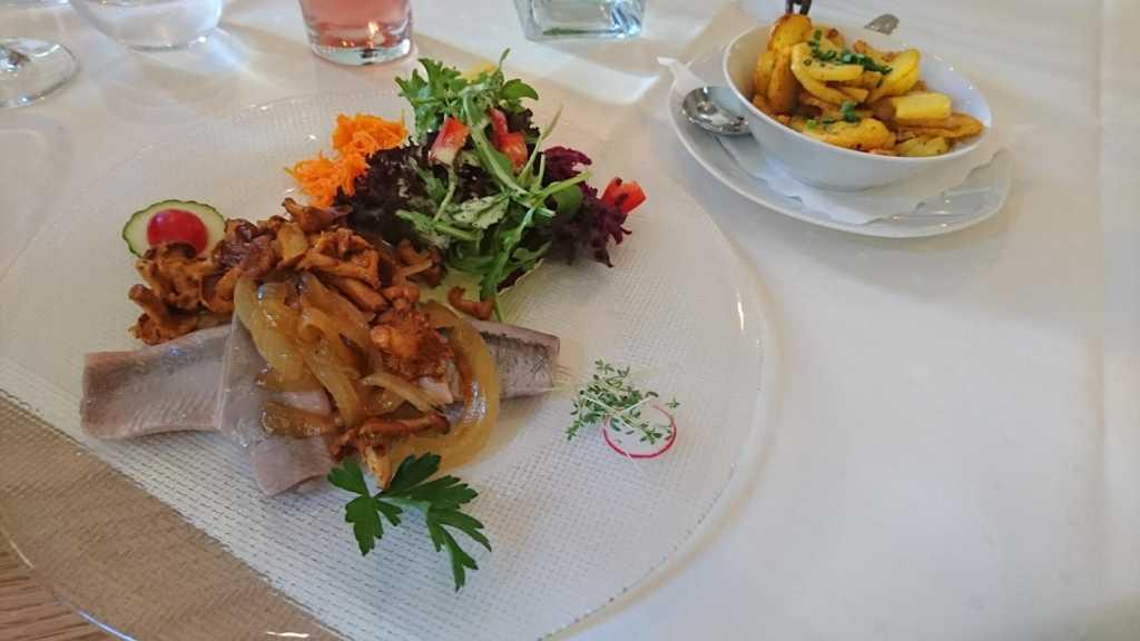 Sommermatjes mit Pifferlingen und Bratkartoffeln