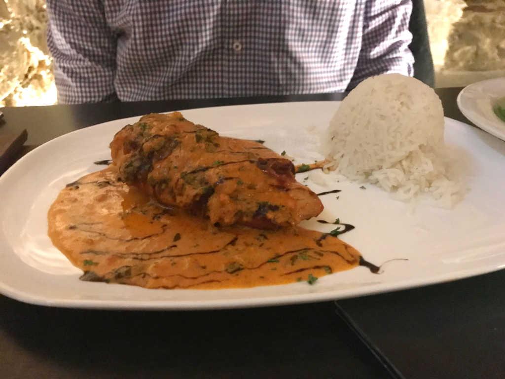 Gefüllte Hähnchenbrust im Parmaschinkenmantel an Salbeisauce mit Reis & Salat