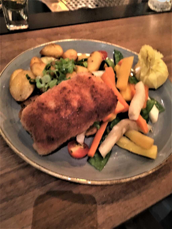 Cordon Bleu von der Brust vom Paderborner Maishähnchen mit Gartengemüse und Bratkartoffeln.