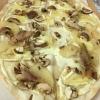 Flammkuchen mit Birnen, Pilzen und Forellenfilet (9,90 €).