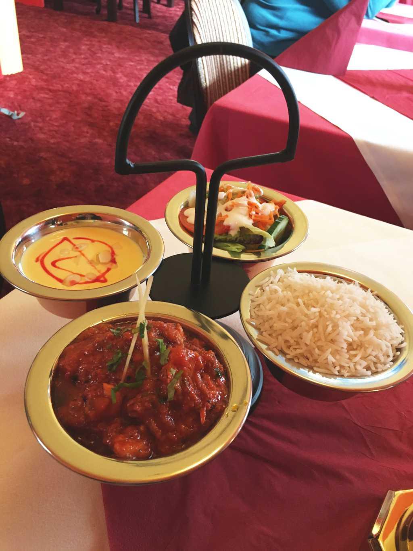Fischcurry mit Salat, Reis und Dessert
