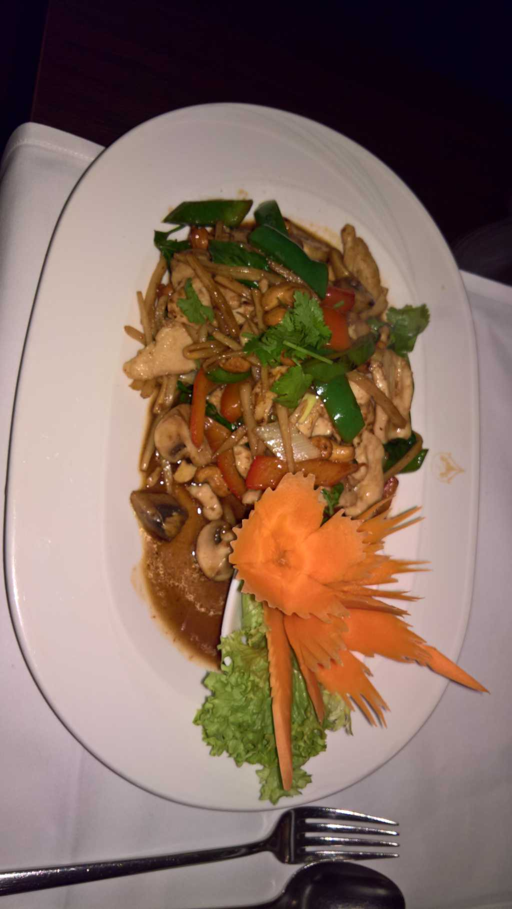 Thai-Gemüse mit Huhn in Erdnuss-Soße - Pad Medmamuang (weniger scharf)  für 11,70 €