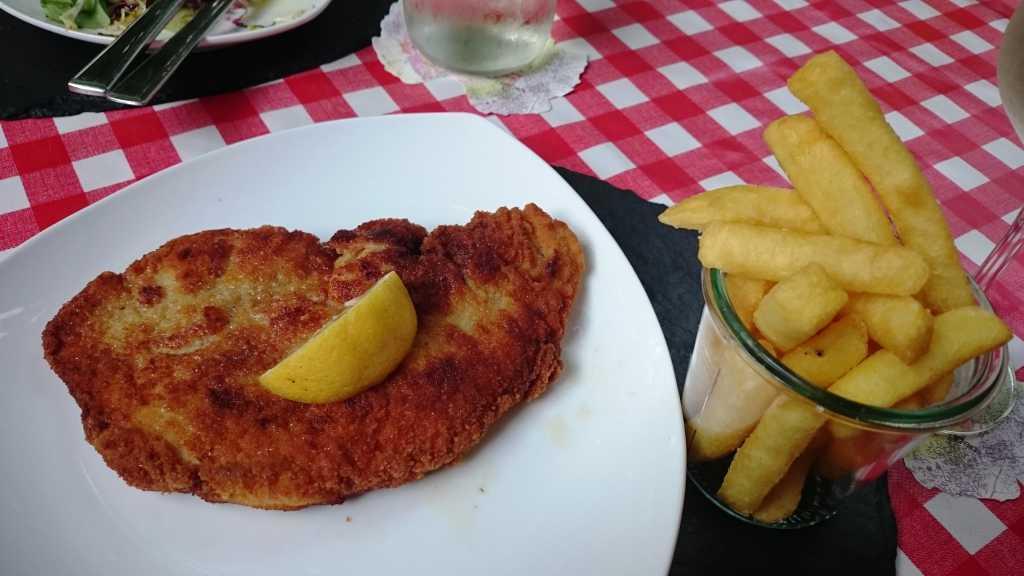 Schnitzel Wiener Art mit belgischen Fritten