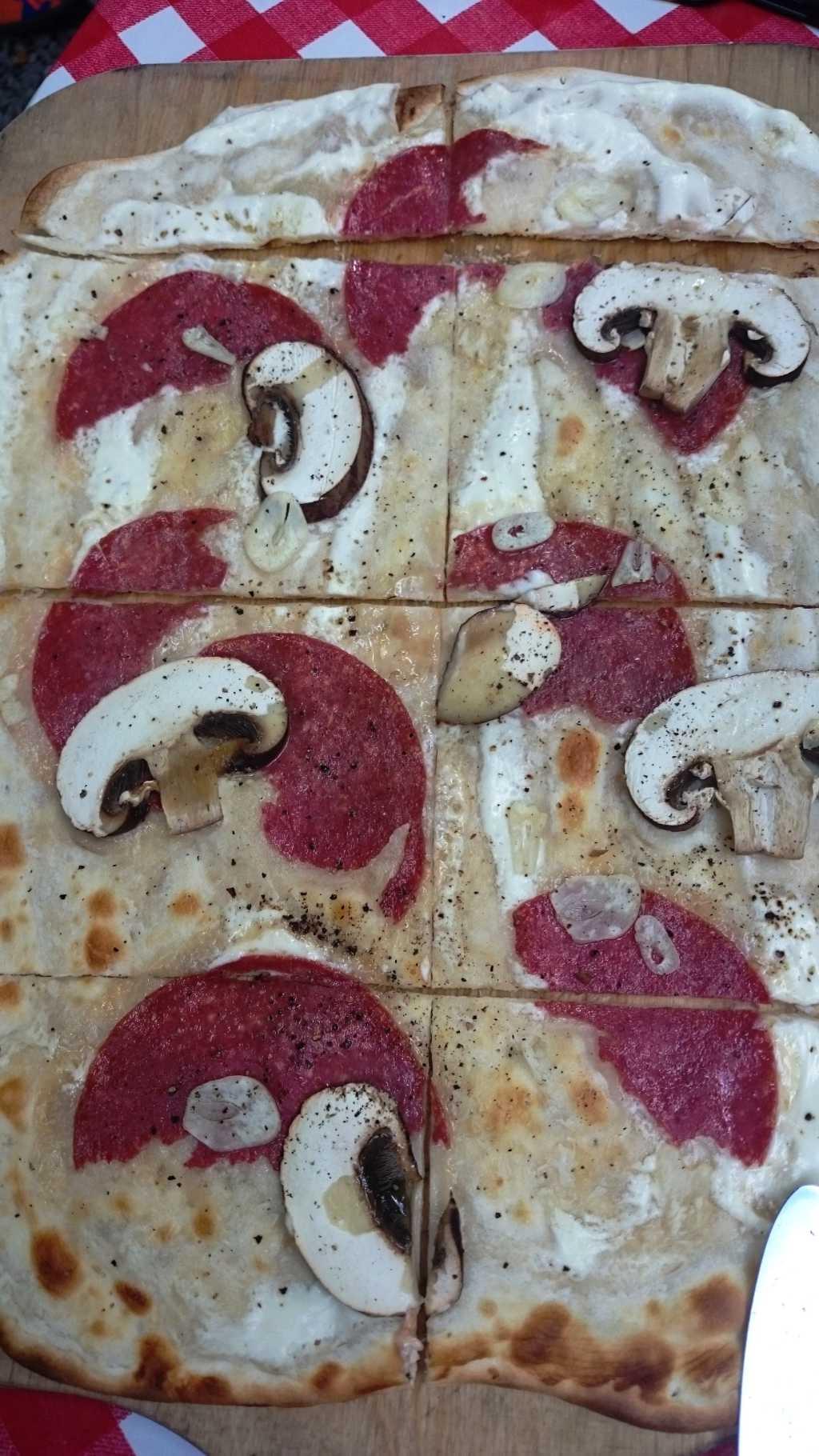 Flammkuchen mit Chamignons und Salami