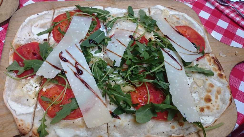 Flammkuchen mit Tomate, Rucola und Parmesan