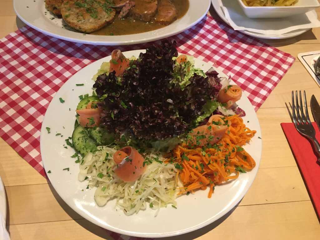 Salat mit hausgebeizten Lachs