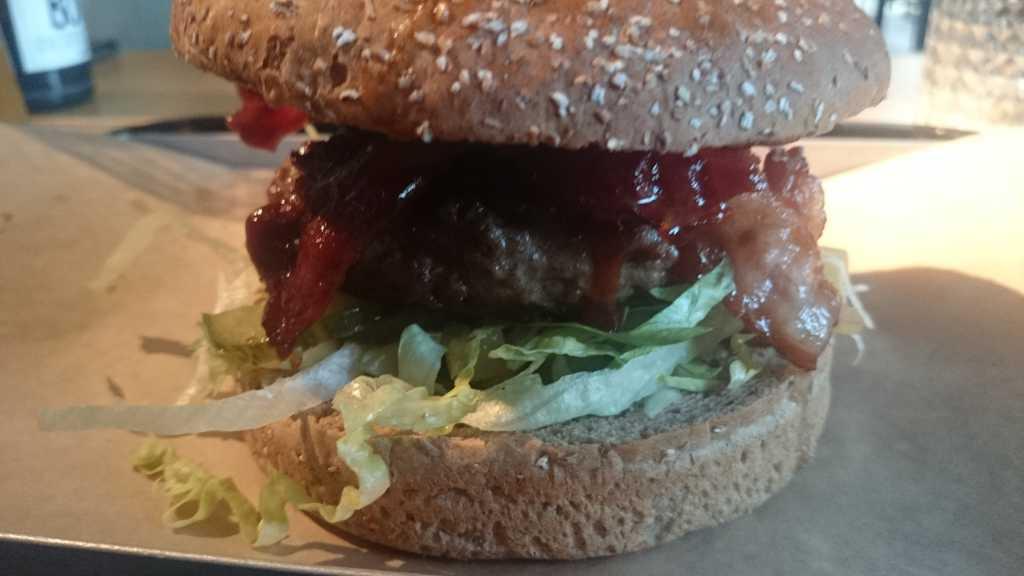 Der Punisher, 180 Gramm Beef mit Bacon und Apfel-Chutney, sehr gut !!