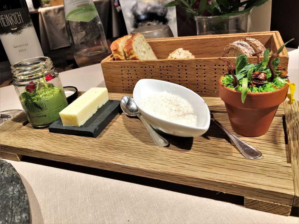Brotauswahl, Butter, Hummus