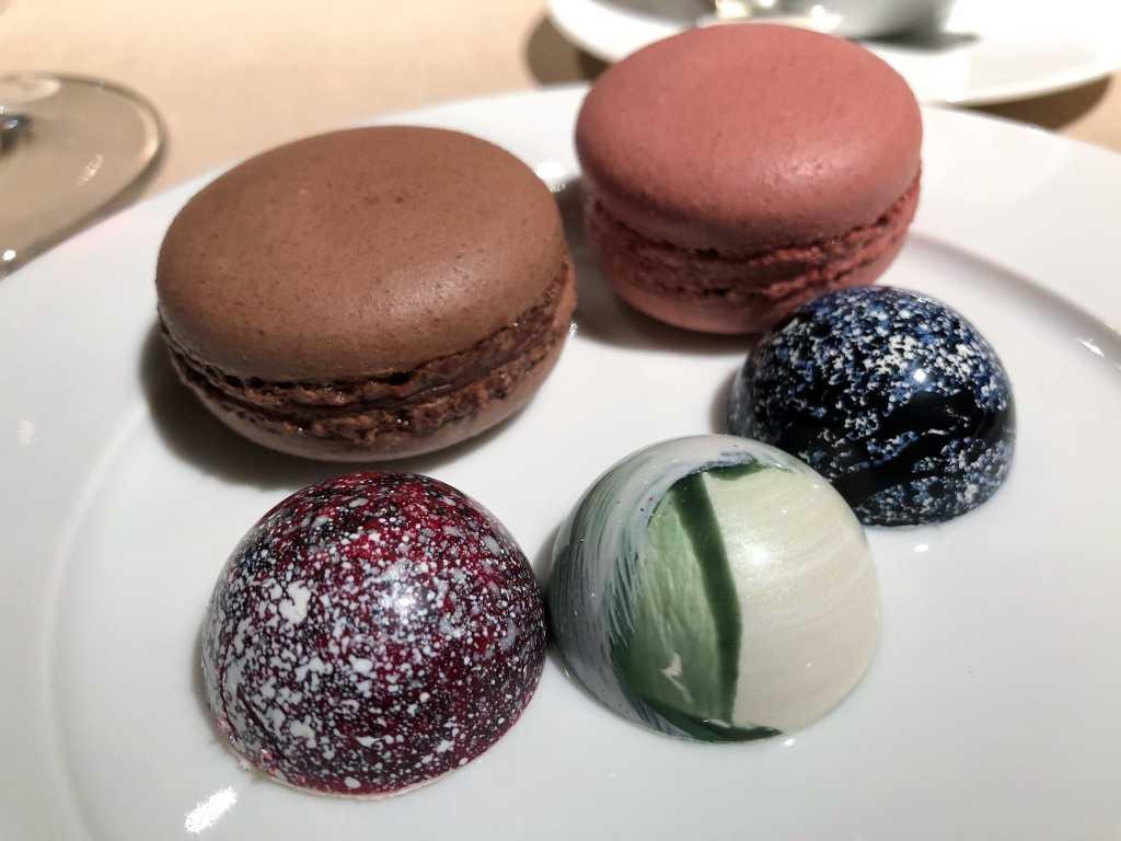 Auswahl Pralinen & Macarons