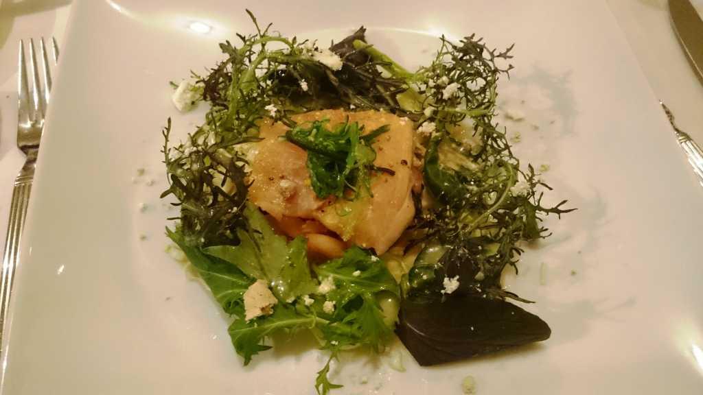 Spitzkohlsalat mit Krabben und marinierter Lachsforelle.