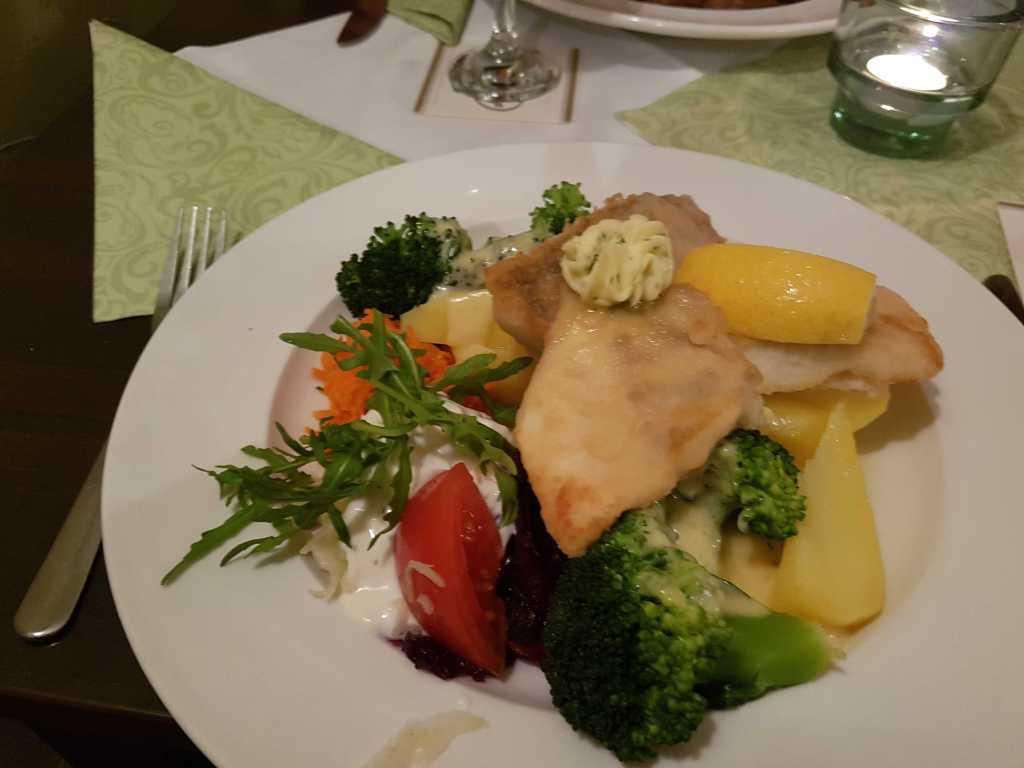 Gebratenen Zanderfilet mit Kräuterbutter, dazu Brokkoli mit Sauce Hollondaise und Basmatireis für 13,90 €