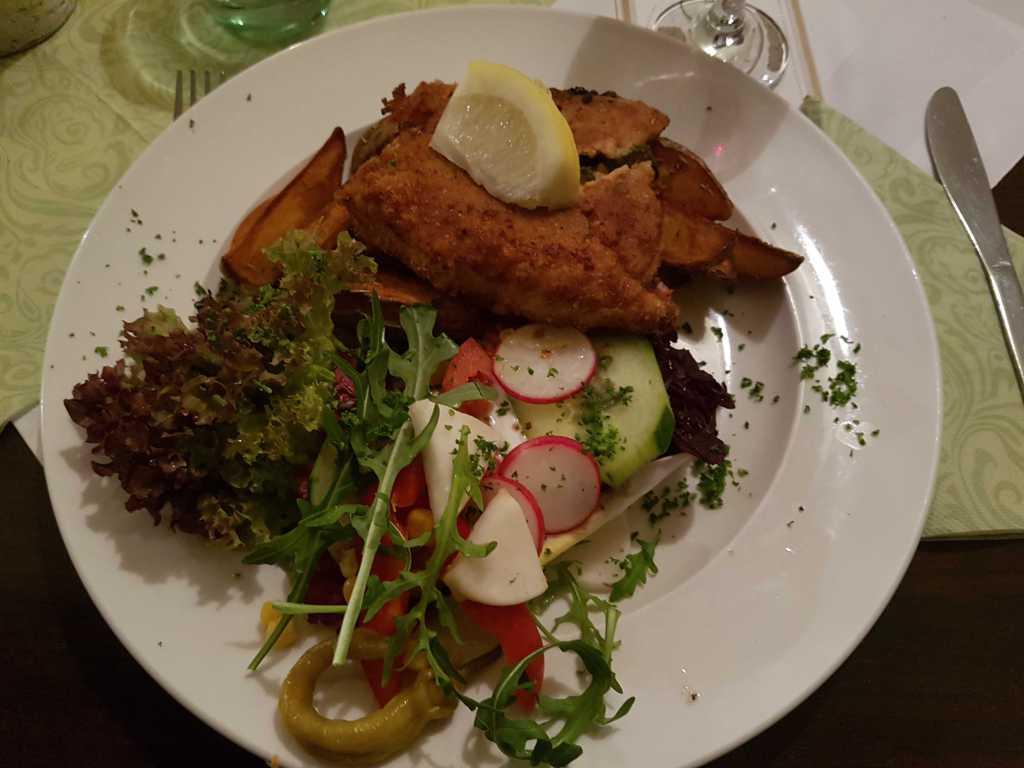 """Schnitzel """"Mediterran"""" –ein großes Schweinerückenschnitzel, gefüllt mit Hirtenkäse, getrockneten Tomaten und Rucola, dazu Rosmarinkartoffeln und ein kleiner Salat für 13,90 €"""