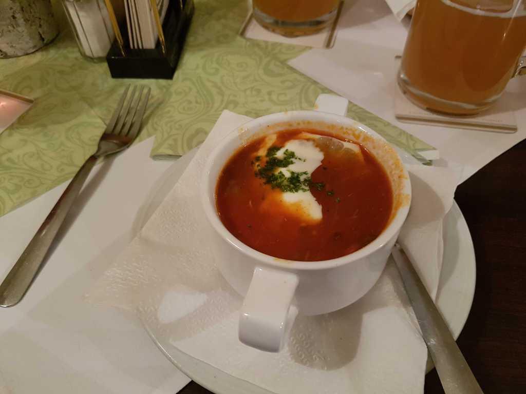 Soljanka-eine süß/säuerliche Suppe mit gebratenen Wurststreifen, Zwiebeln, Paprika und Gewürzgurke, verfeinert mit Sahne und dazu Baguette für je 3,30 €