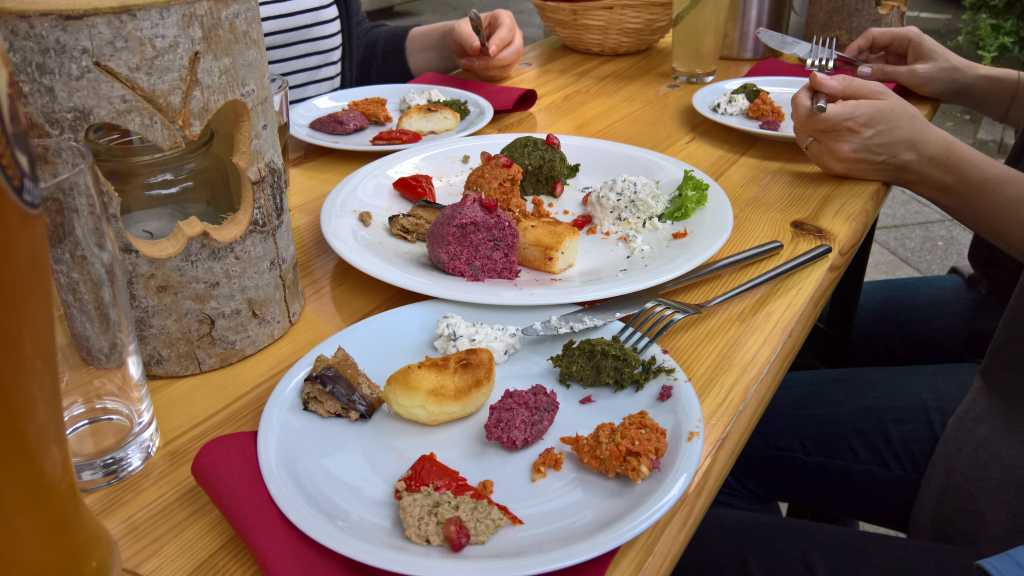 Vorspeisen-Kombi aus Nigwsiani Badrijani da Tsitsaka Mtschadit - Nigwsiani Fkhali – Tscharxali – Stafilo Mtschadit und Naduri Pitnit für 9,00€
