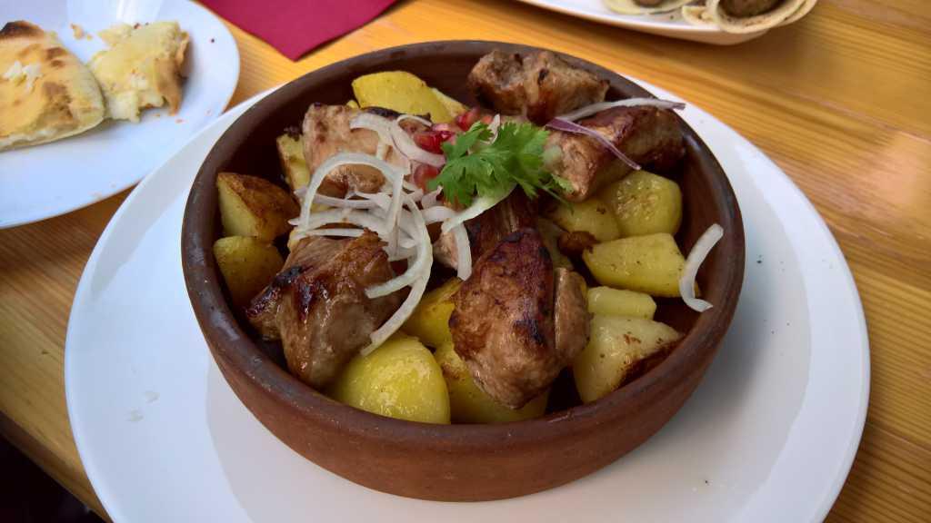 Roris Mtswadi - gegrilltes Schweinespieß mit Bratkartoffeln für 8,00€