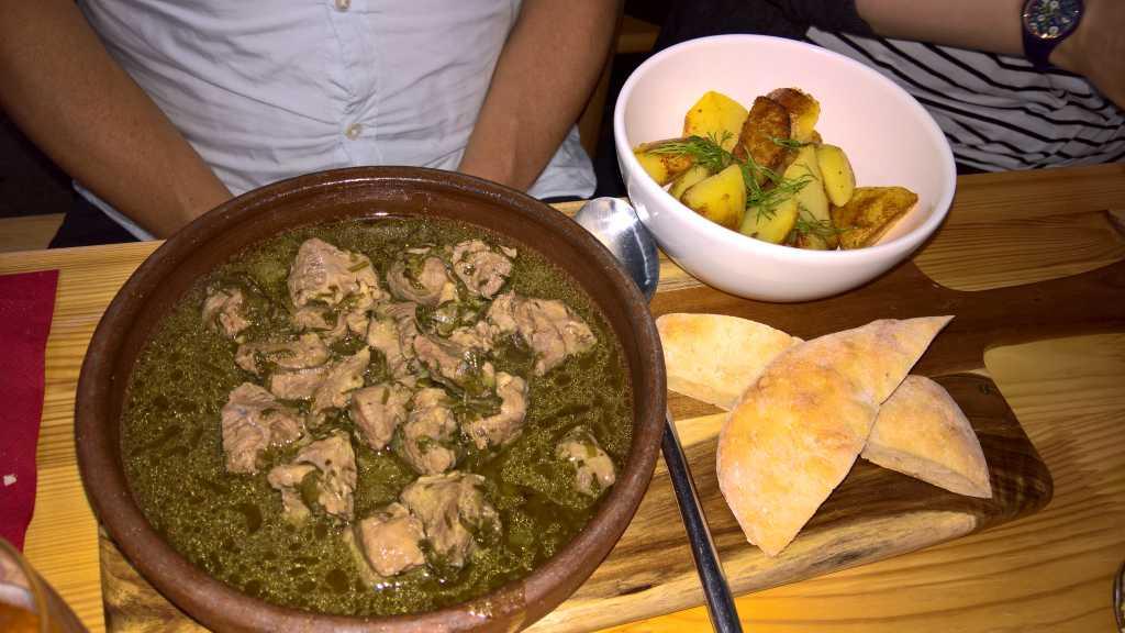 Tschaqafuli - In Weißwein gegartes Kalbfleisch mit Estragon und Frühlingskräutern für 13,50€
