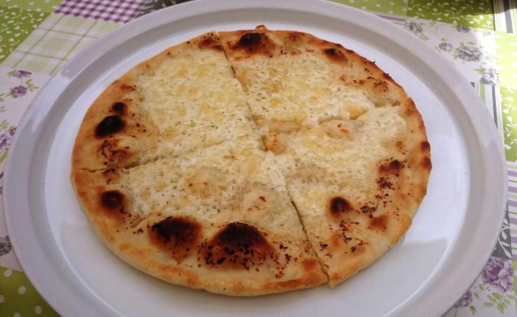 Pizzabrot mit Knoblauch und Käse