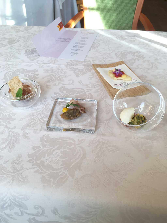 Aperos (von rechts unten im Uhrzeigersinn):Lauchquiche mit Röstzwiebeln und Sauerrahmeis; Roastbeef mit Pilzragout und einer fruchtig-säuerlichen Creme; ungarischer Schinken mit Brotchip und fruchtigem