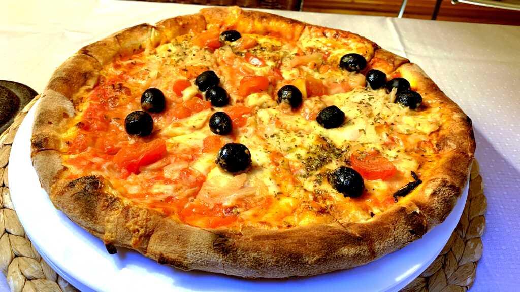 Pizza Cipolla (+Oliven und frische Tomaten)