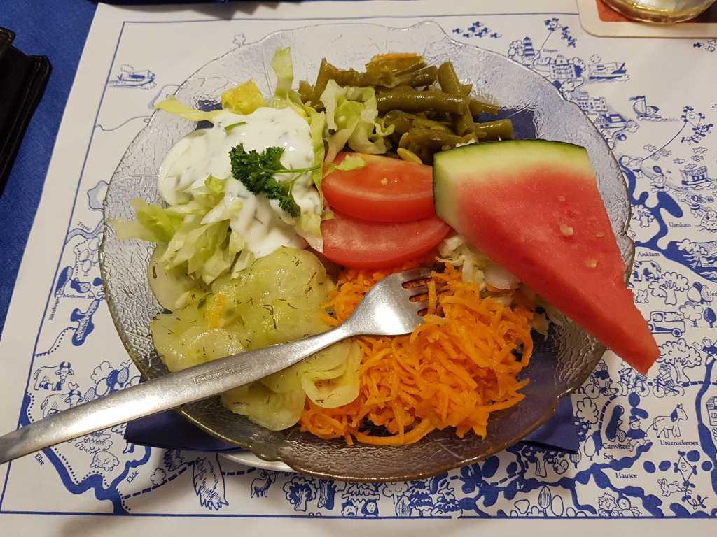 Salatteller für 2,00 € Aufpreis zum normalen Gericht statt der Salatbeilage