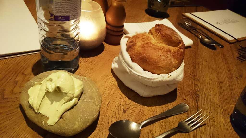 Duftendes frisches Brot und Kräuterbutter