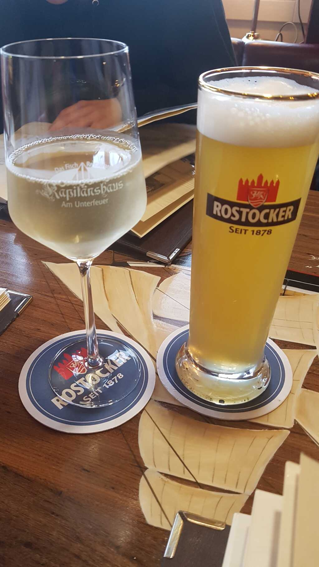"""0,4ér """"Rostocker Zwickel"""" für 4,50 €, ein Schoppen """"11°-Fischwein"""" des Weingutes Pfaffmann aus Walsheim für 6,50 €"""