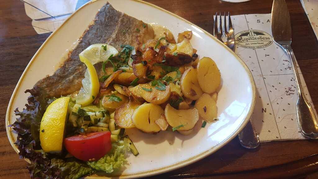 Kabeljaufilet im Ofen gebraten mit Senf-Sauce an deftigen Bratkartoffeln für 19,90 €
