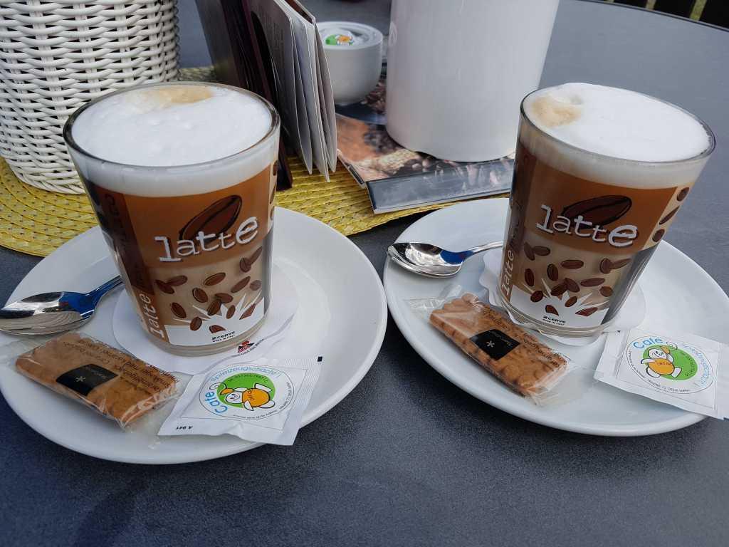 zwei Latte Macchiato für je 3,00 €