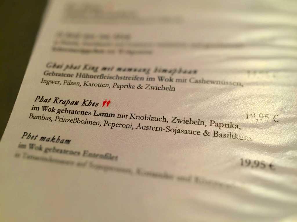 Phat Krapau khee, im Wok gebratenes Lamm mit Knoblauch, Zwiebeln, Paprika, Bambus, Prinzeßbohnen, Peperoni, Austern-Sojasauce und Basilikum (19,95 €)