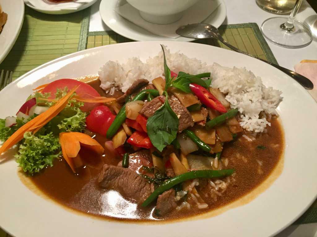 Phat Krapau khee, im Wok gebratenes Lamm mit Knoblauch, Zwiebeln, Paprika, Bambus, Prinzeßbohnen, Peperoni, Austern-Sojasauce und Basilikum