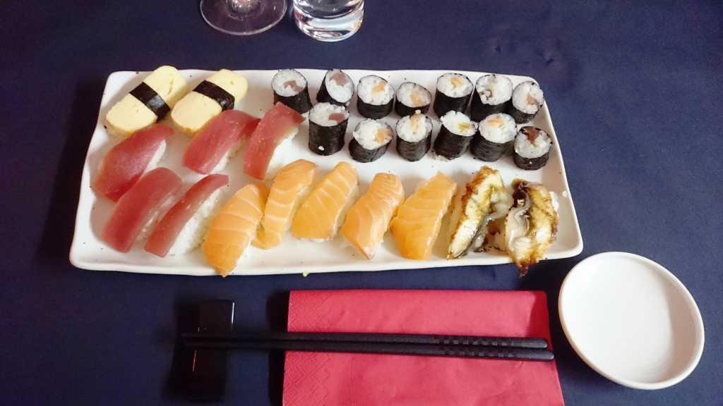 Mein erstes Sushi. An den optischen Feinheiten muss ich noch arbeiten.