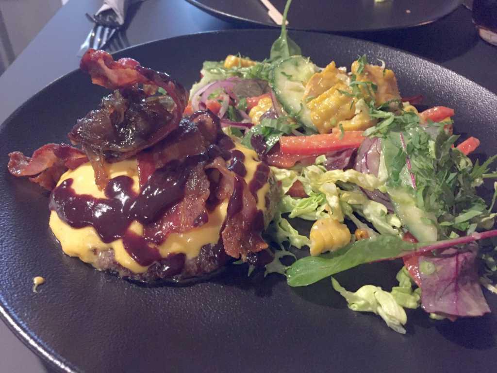 Hamburger ohne Bun, dafür mit Salat