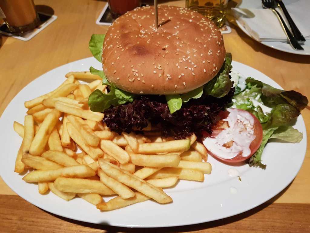 """den """"Homestyle Angus Burger""""-den Fleischgenuss aus 200g irischem Angus Beef mit Salat, frischen Zwiebeln, Tomaten, Gewürzgurken, Cheddar-Käse und würziger Burger-Sauce, dazu Pommes frites und Salat für 13,50 €"""