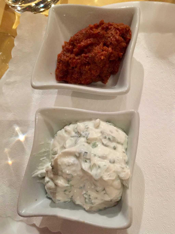 Rotes Pesto und Kräutercreme
