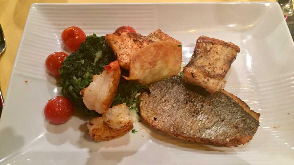 Fischplatte mit Würzspinat und Ofentomaten