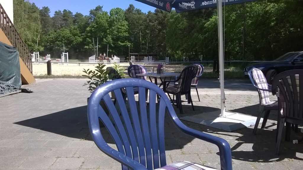 Blick vom Tisch auf den Reitplatz