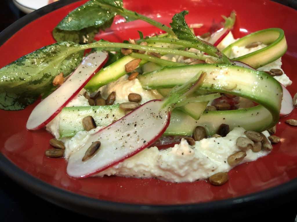 Ricotta, hausgemacht, geräuchert, Haselnussöl, Gemüse