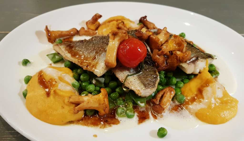 Laacher Seefelchen, Süßkartoffelpüree, Erbsen, Kaiserschoten, Pfifferlinge