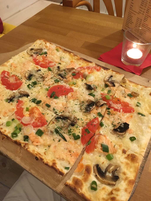 """Flammkuchen """"Edel und exklusiv"""" mit Lachs, Tomaten, Lauchzwiebeln, Emmentaler und auf meinen Wunsch statt Spinat Champignons (noch ohne Balsamico)."""