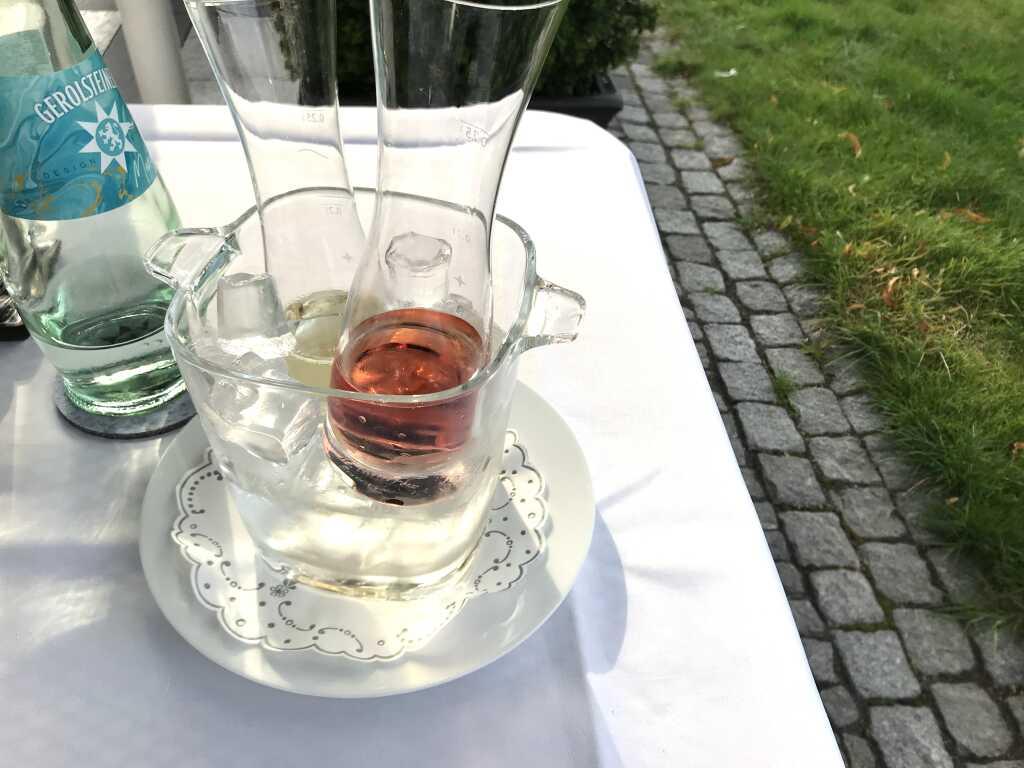 Die Weinkaraffen im Eisbehälter