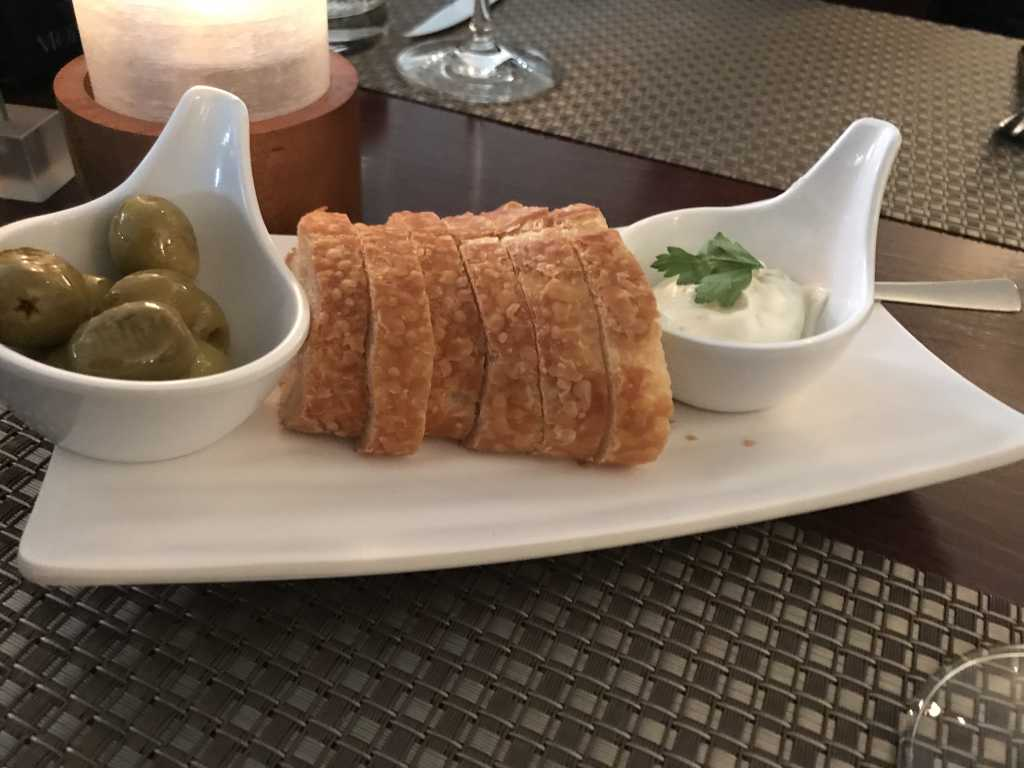 vorab: frisches Brot mit Oliven und Dip