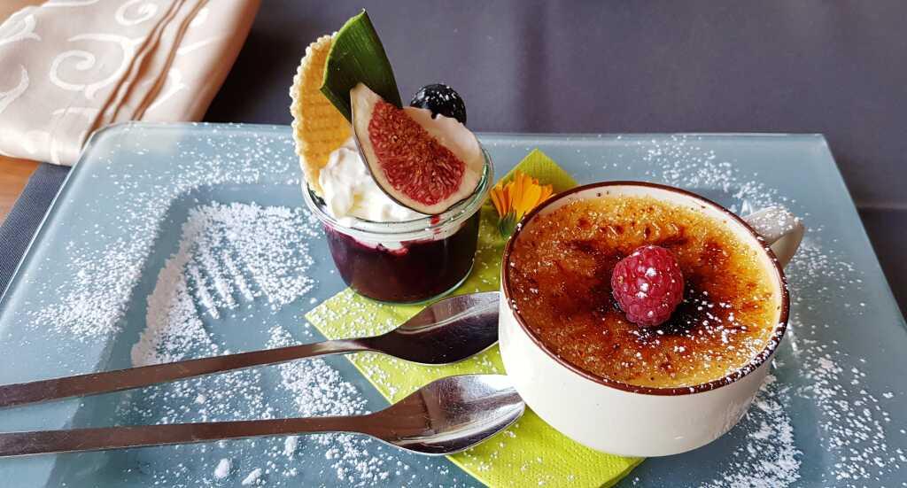 Crème brûlée mit Fruchtsoße