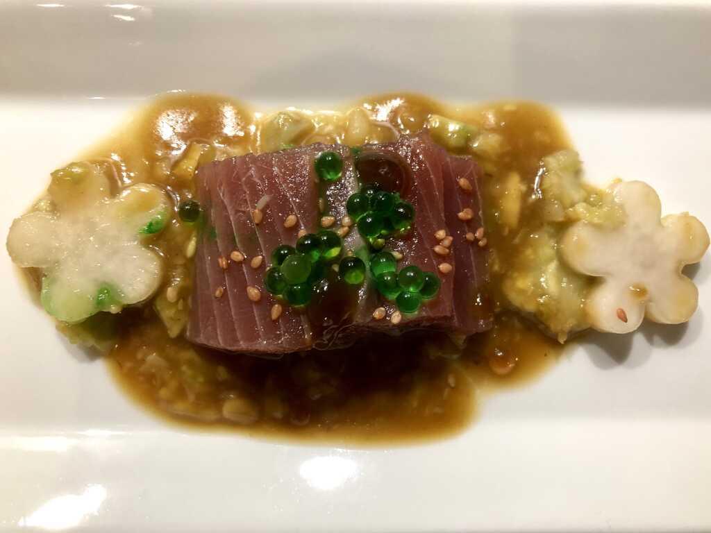 Sashimi vom Thunfisch mit pikanter Tigersauce und aromatisiertem Sesam