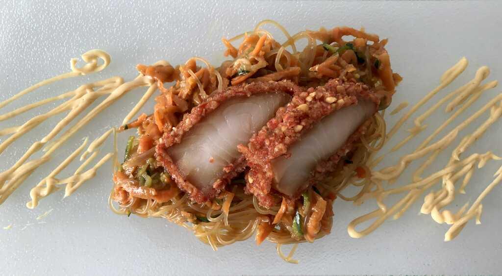 Schwarzer Seehecht mit Wasabinüssen gebacken, Salat von Zucchini, Rettich und Karotten, Curry-Miso-Cream