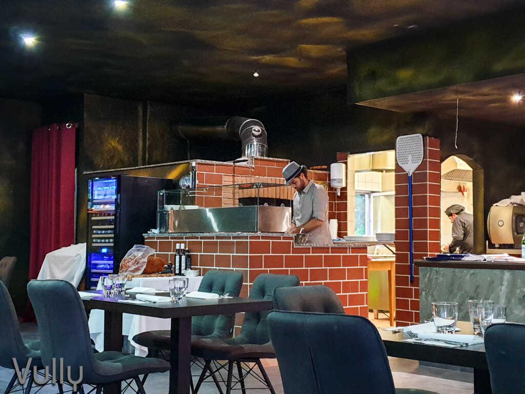 Pizza Holzofen mit Pizzabäcker
