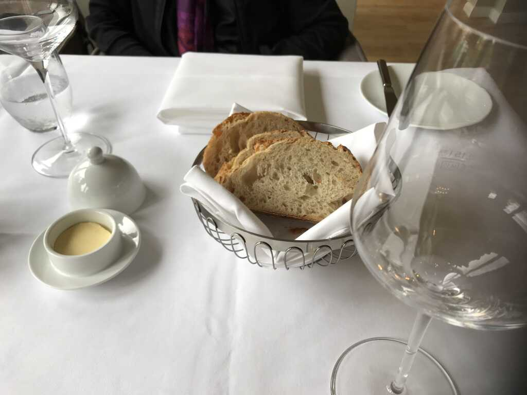 der Starter: Frisches Brot mit Butter