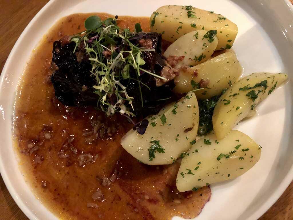 Rotkohlroulade / Kartoffeln / Specksauce